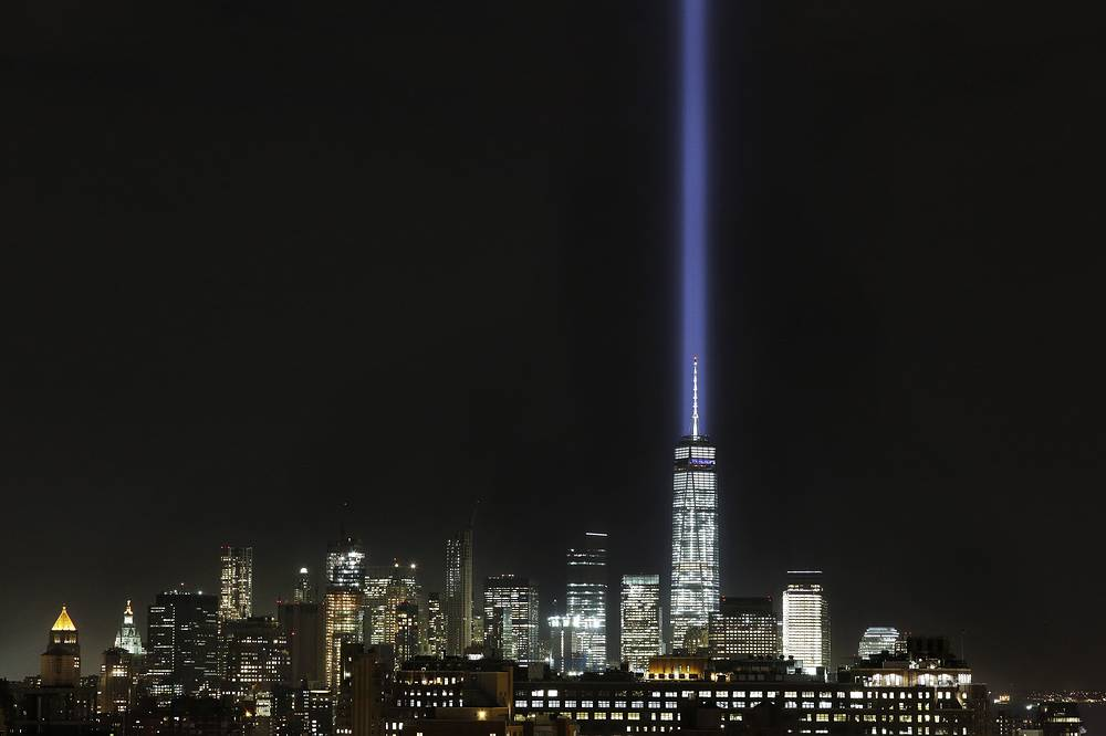 Яркий луч света устремился в небо над Нью-Йорком с крыши Башни Свободы, которая возведена на месте башен-близнецов Всемирного торгового центра, в память о жертвах 11 сентября 2001 года - крупнейшего теракта за всю историю США, 9 сентября