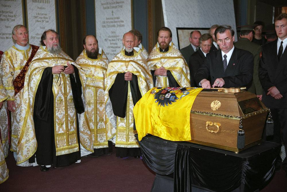 Перезахоронение останков царской семьи в соборе Петра и Павла Петропавловской крепости, 1998 год