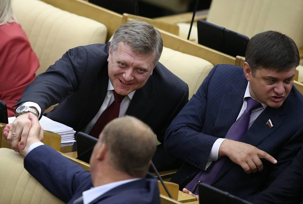 Заместитель председателя комитета Госдумы РФ по конституционному законодательству и государственному строительству Дмитрий Вяткин (слева на втором плане)