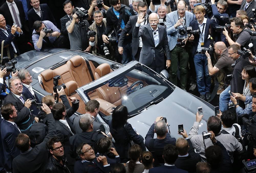 Глава концерна Daimler Дитер Цетше во время презентации нового автомобиля Mercedes S-Class Convertible