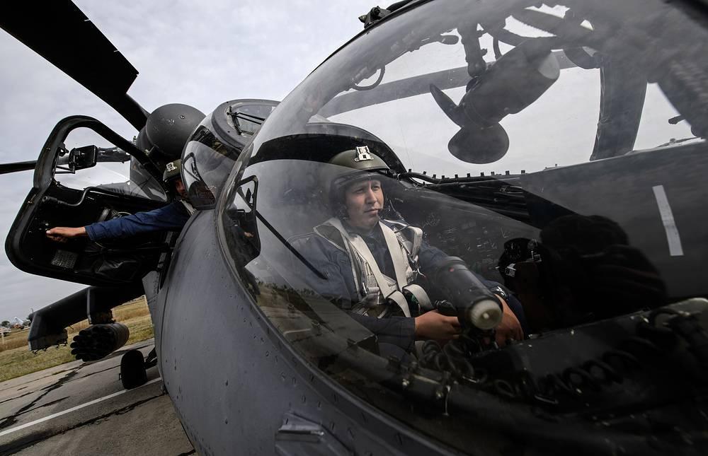 Пилот в кабине вертолета Ми-35 готовится к вылету