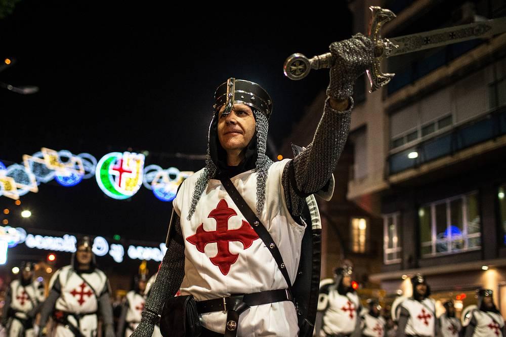 """Участники исторического фестиваля """"Мавры и христиане"""" в Мурсии, Испания, 14 сентября"""