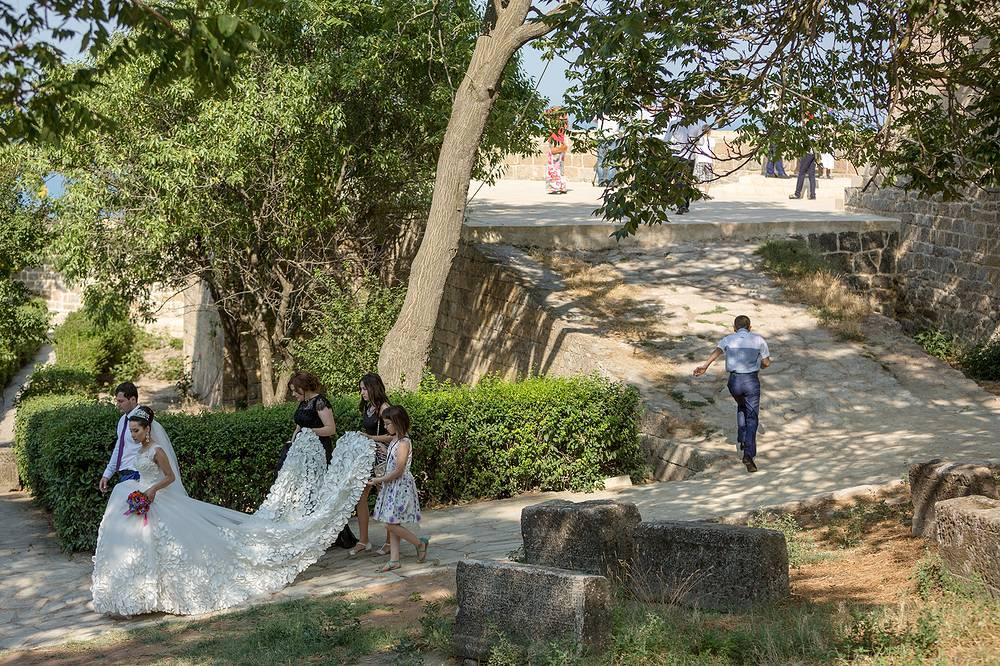 Когда начали возводить крепость, эта местность была северным форпостом Персии. На фото: молодожены в окрестностях Нарын-Кала