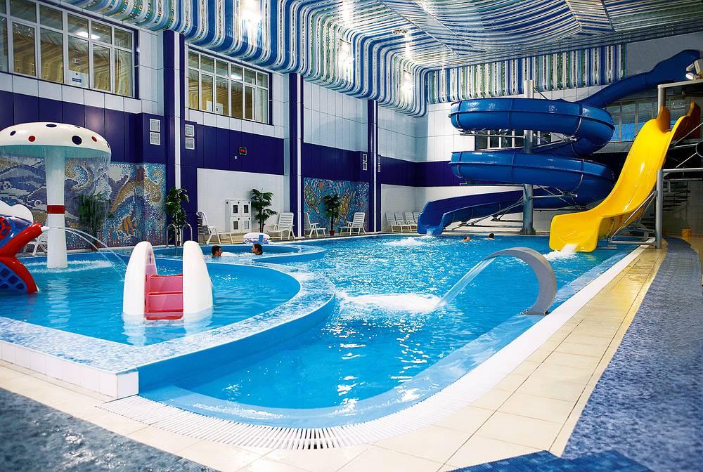 """Аквапарк площадью 435 кв.м в """"Леневке"""" включает бассейн с горками, гейзерами, противотоками, теплой гидромассажной ванной. Это настоящая водная феерия, где можно окунуться в море удовольствий и постичь философию релаксации"""