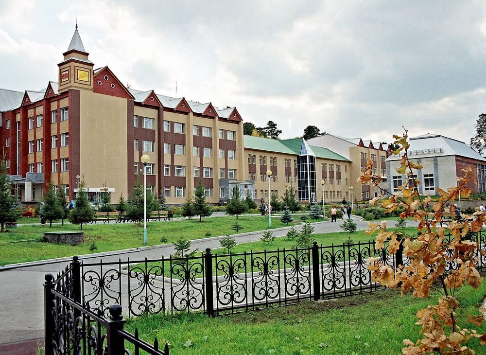 """Инфраструктура санатория """"Обуховский"""" способствует комфортному отдыху и лечению взрослых и детей. Включает лечебный комплекс, киноконцертный и танцевальный залы, зимний сад, спорткомплекс, детскую инфраструктуру, аквапарк, солярий и многое другое"""