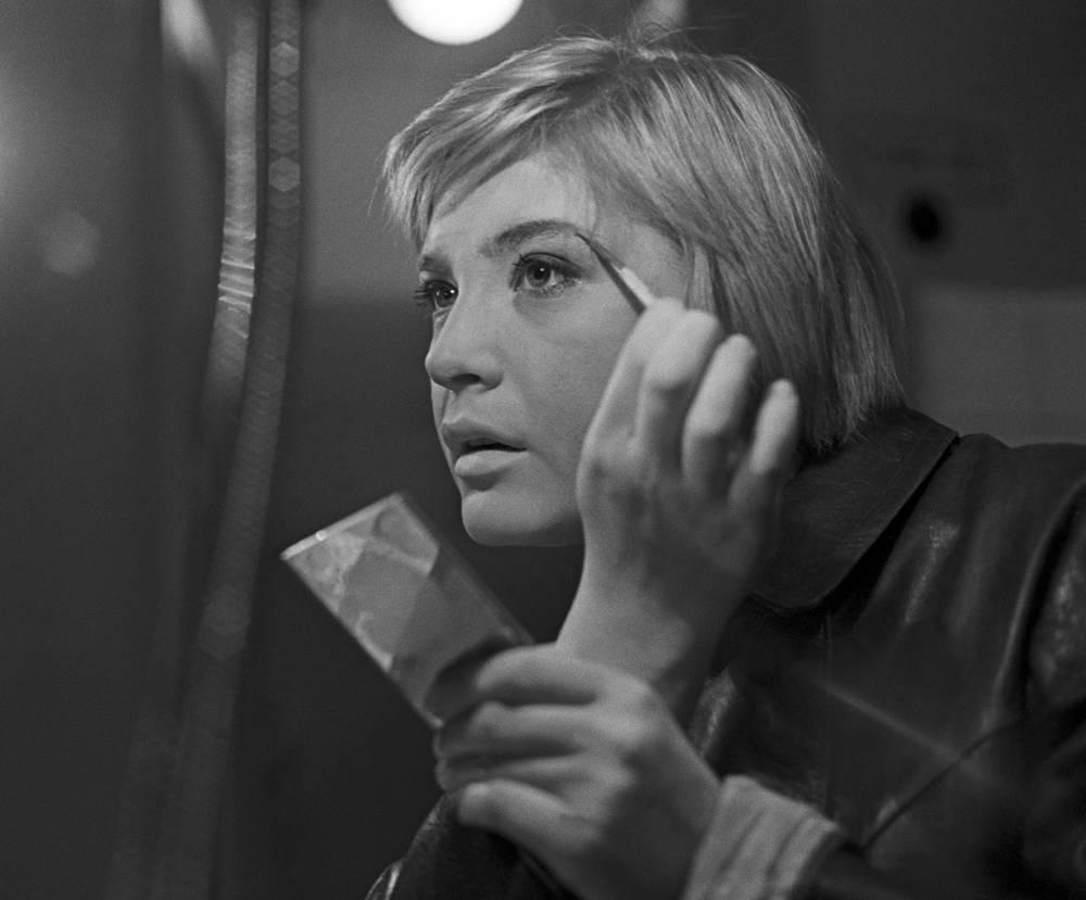 Людмила Максакова перед спектаклем, 1966 год