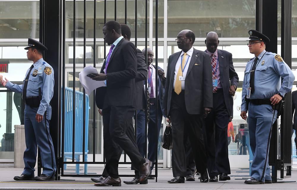 У входа в здание штаб-квартиры ООН