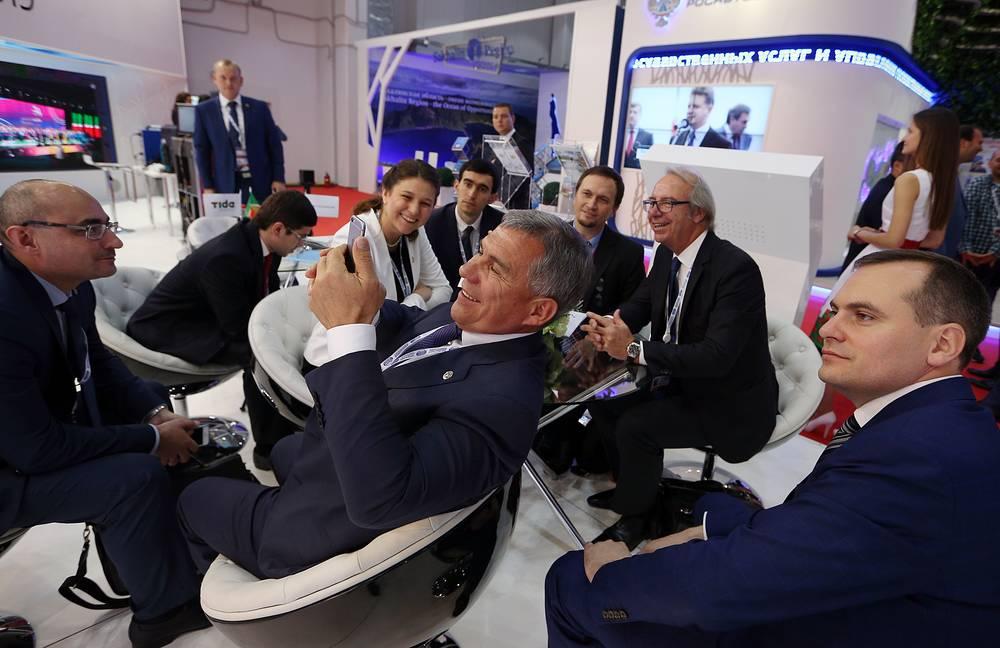 Глава Республики Татарстан Рустам Минниханов (в центре на первом плане)