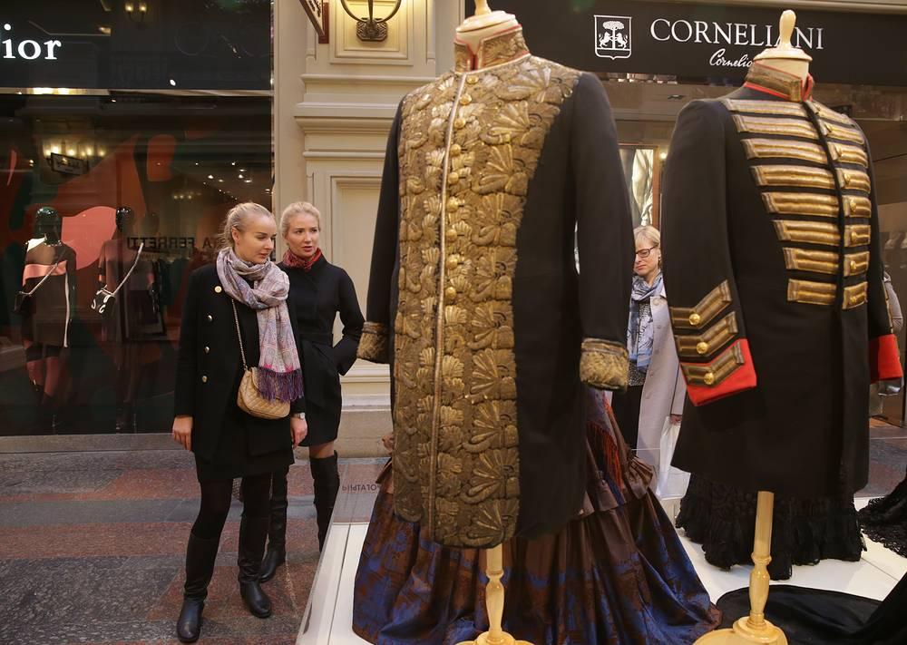 Выставка включает в себя костюмы, созданные художниками специально для фильмов студии, а также антикварные и редкие костюмы, часть которых была выкуплена у населения