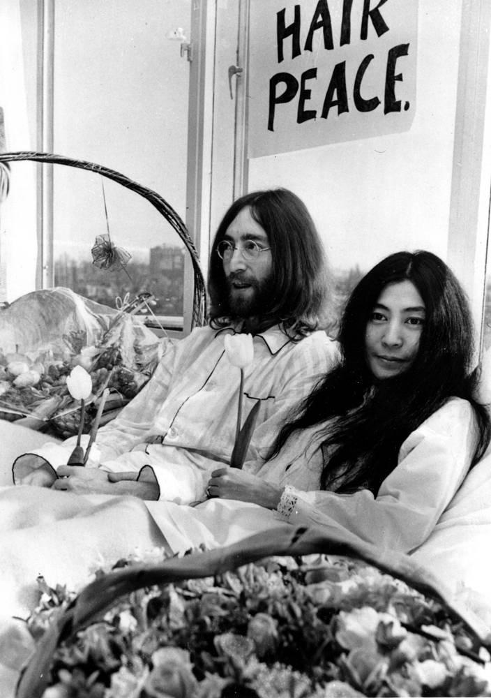 В марте 1969 г. Джон Леннон и его жена Йоко Оно провели неделю в кровати отеля Hilton в Амстердаме. В течение этого времени они давали интервью журналистам, в которых призывали прекратить все войны