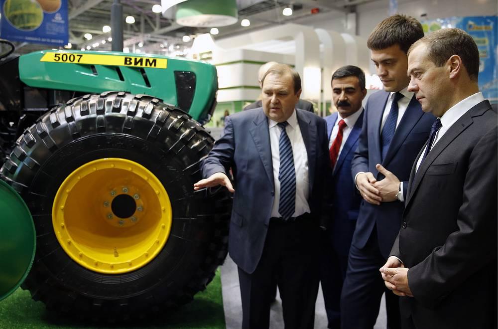 Премьер-министр РФ Дмитрий Медведев (справа)