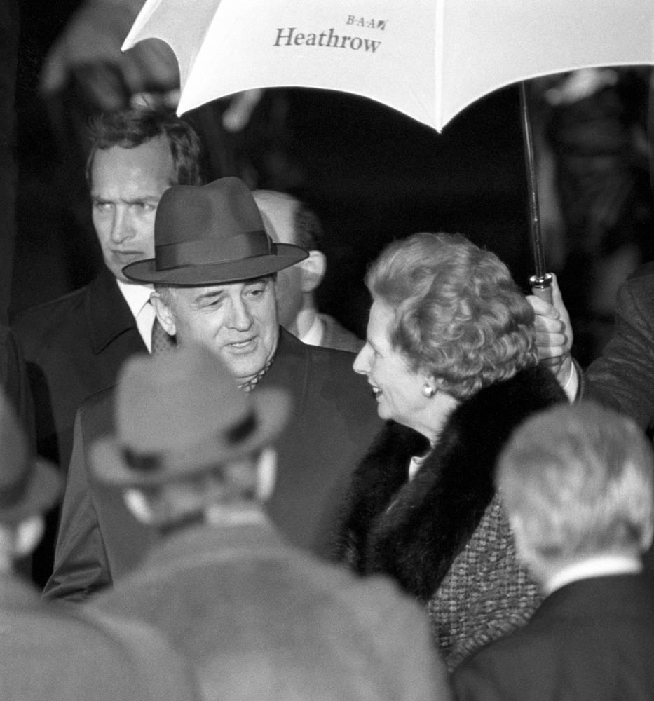 """В 1984 году Тэтчер пригласила в Лондон группу политиков из СССР, в числе которых был будущий лидер страны Михаил Горбачев. В письме Рональду Рейгану """"железная леди"""" тепло отзывалась о нем. """"В манерах он относительно открыт и умен. Он приветлив, обладает шармом и чувством юмора. Я считаю, что он, несомненно, человек, с которым можно иметь дело"""", - констатировала Тэтчер. На фото: визит Генерального секретаря ЦК КПСС Михаила Горбачева в Великобританию, 1989 год"""
