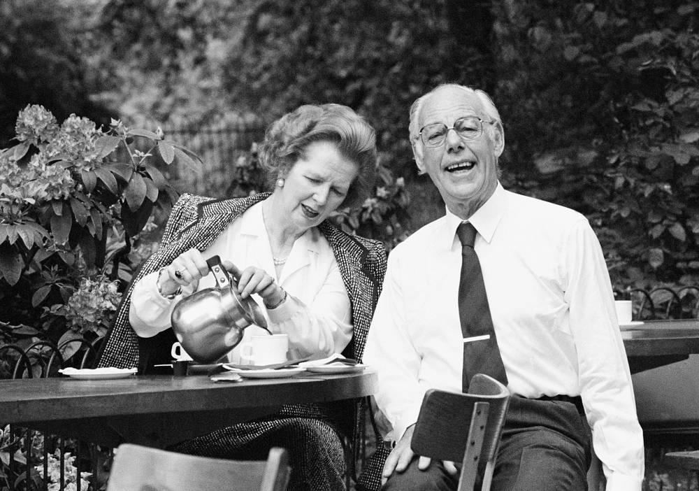 """Для восстановления сил """"железной леди"""" хватало четырех-пяти часов сна, она всегда мало ела, а в отпуск уходила на одну неделю, проводя это время с мужем в Швейцарии.  На фото: Маргарет Тэтчер с мужем Дэнисом Тэтчером в Сент-Джеймсском парке в Лондоне, 31 мая 1987 года"""