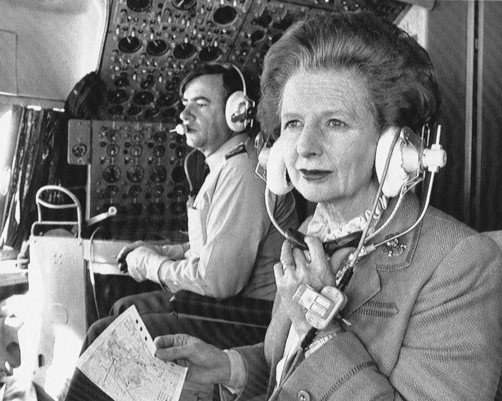 В 1992 году оставила парламент, чтобы иметь возможность более открыто высказывать свое мнение по любым вопросам.  На фото: британский премьер-министр Маргарет Тэтчер в кабине пилота во время перелета из Пекина в Гонконг, 20 декабря 1984 года
