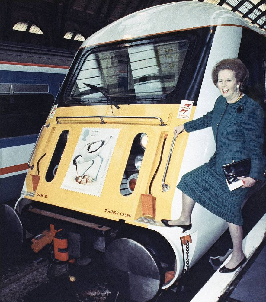 """В свободное время политик любила ходить в оперу, играть на рояле и читать детективы.  На фото: Маргарет Тэтчер на вокзале """"Кингс-Кросс"""" в Лондоне, 16 января 1989 года"""