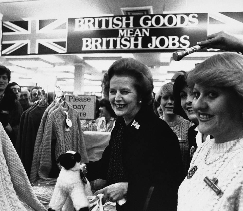 Впоследствии Тэтчер призывала руководство США развивать диалог с Москвой, что, по оценке историков, сыграло важную роль в построении новых отношений между Западом и СССР. На фото: Тэтчер в магазине Marks and Spencer в Лондоне, 20 апреля 1983 года