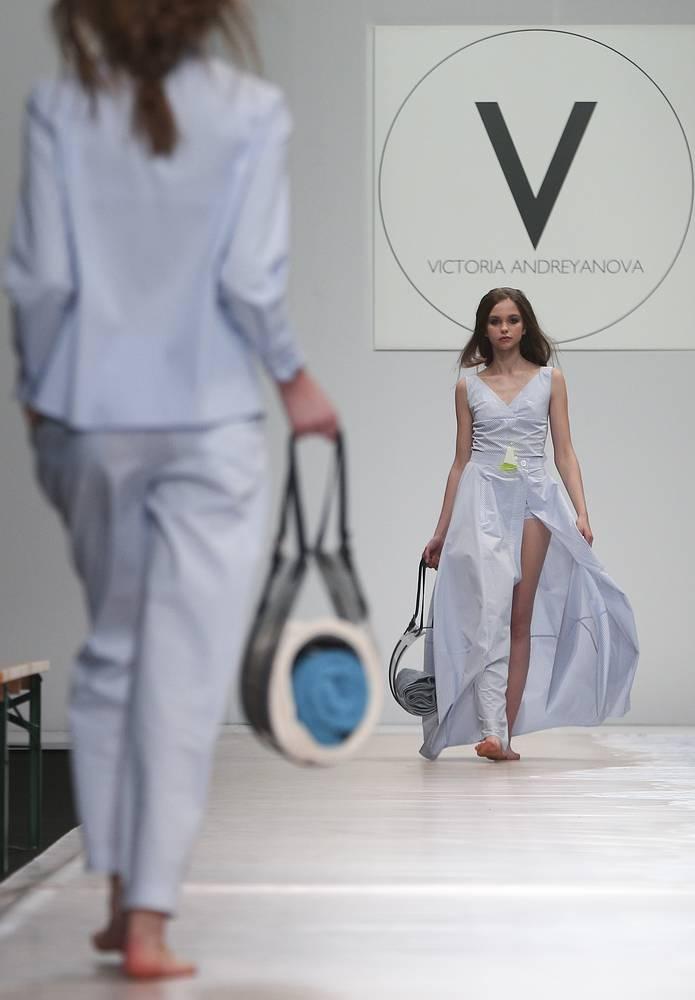 Дизайнер также представила полупрозрачные парки, широкие брюки, не стесняющие движения, и платья с необычным кроем. На фото: показ Виктории Андреяновой