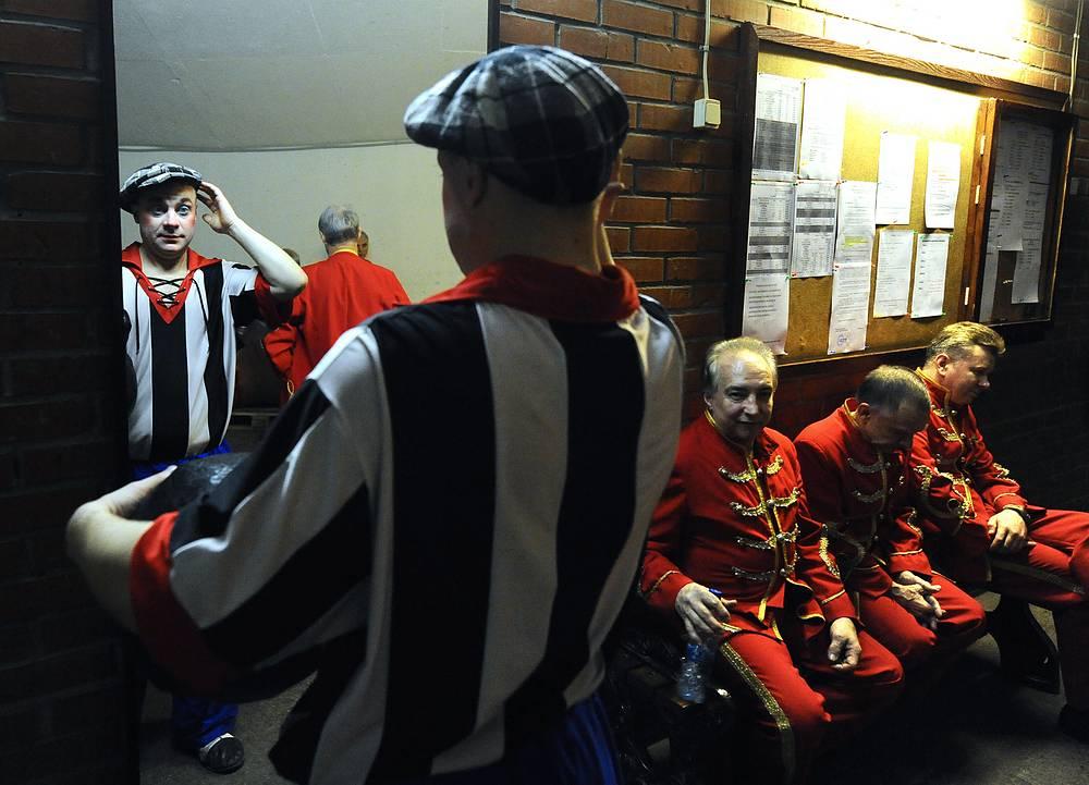 """Артисты """"Московского цирка Никулина на Цветном бульваре"""" перед выходом на арену, 2011 год"""