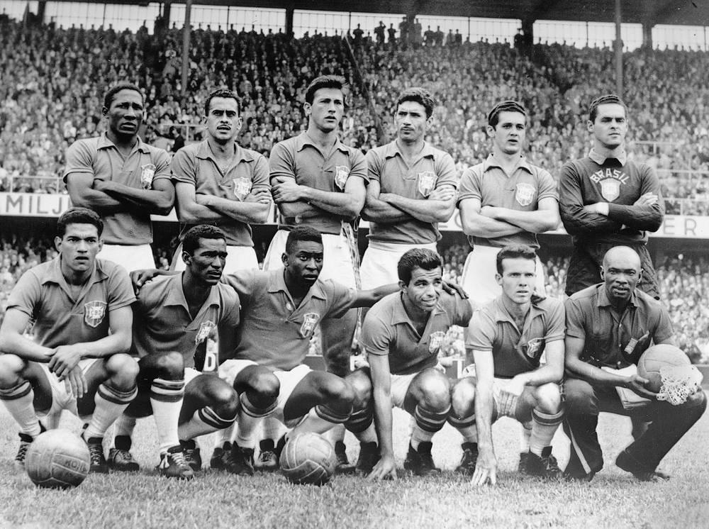 Футболисты сборной Бразилии перед финальным матчем чемпионата мира-1958 против команды Швеции (На фото: Пеле - третий слева в нижнем ряду)