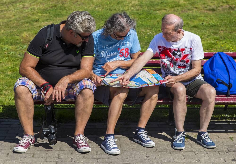 """""""Чуть ли не на кремлевской площади видишь мужчину в каких-то пятнистых штанишках ниже колен, выпадающий очень мило животик. Как-то наши мужчины резко поддались влиянию. Даже простим им эти пятнистые штанишки с такой легкомысленной расцветкой, лишь бы не перегревались. Хотя эстетически это не очень хорошее зрелище"""" (пресс-конференция в Москве 25 июня 2013 г.)"""