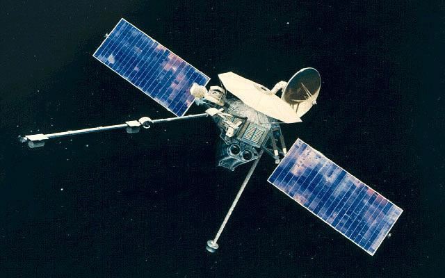 Первым космическим аппаратом, исследовавшим Меркурий, был американский Mariner 10. В 1974-1975 годах он трижды пролетел мимо планеты, максимально приблизившись к ней на расстояние 320 км. В результате было получено несколько тысяч снимков, покрывающих примерно 45% поверхности