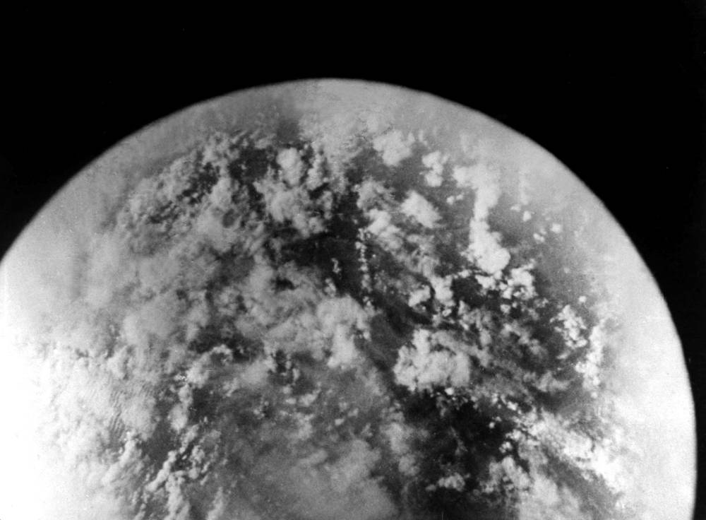 """Один из снимков поверхности Земли, сделанных летчиком-космонавтом СССР Германом Титовым во время полета на корабле-спутнике """"Восток-2"""", 6 августа 1961 года"""