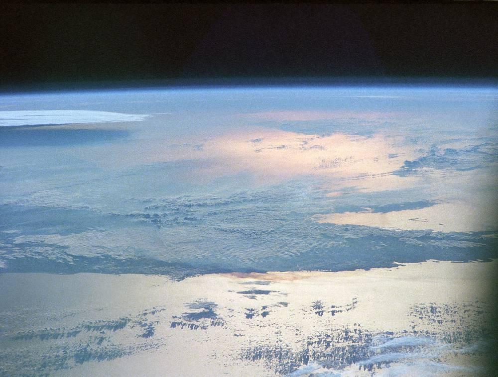 """Вид на Землю с космической станции """"Салют-7"""". Съемка выполнена космонавтами Александром Волковым, Виктором Савиных и Владимиром Васютиным, 6 июня 1986 года"""