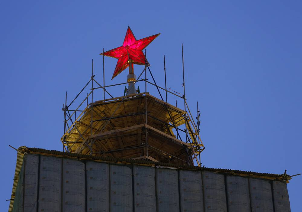 В 2014 году звезда на Спасской башне первой прошла комплексную реконструкцию, в ходе которой у нее появилась новая система освещения с несколькими металлогалогенными лампами общей мощностью 1000 Вт. На фото: демонтаж строительных лесов на Спасской башне, 2015 год