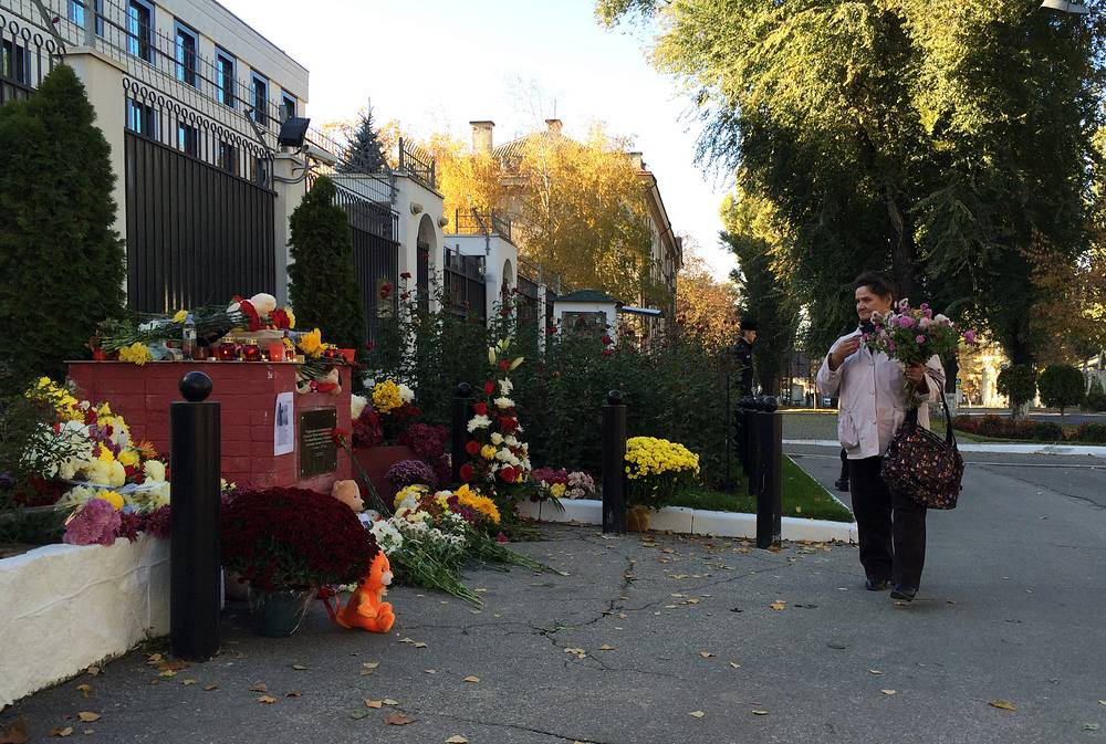Цветы около российского посольства в Кишиневе, Молдова
