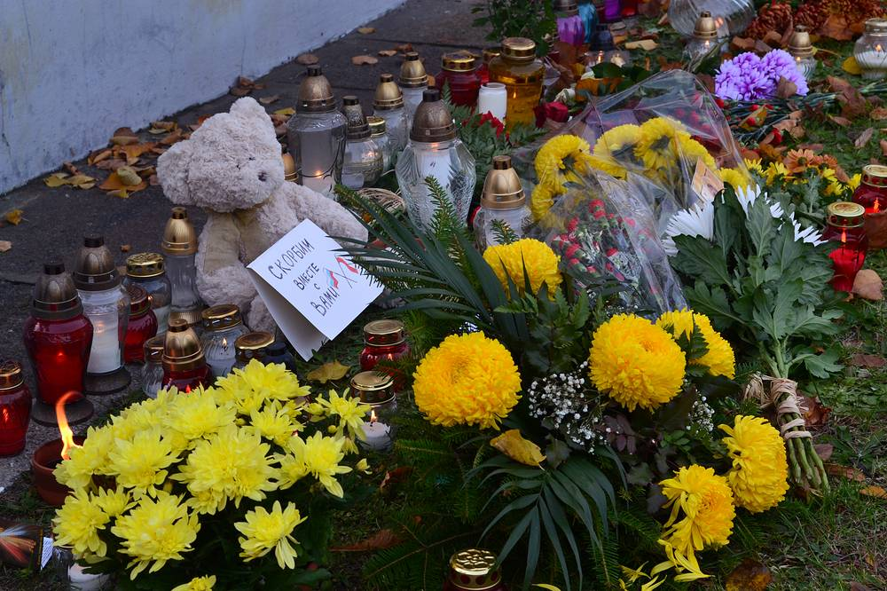 Цветы у посольства РФ в Варшаве, Польша