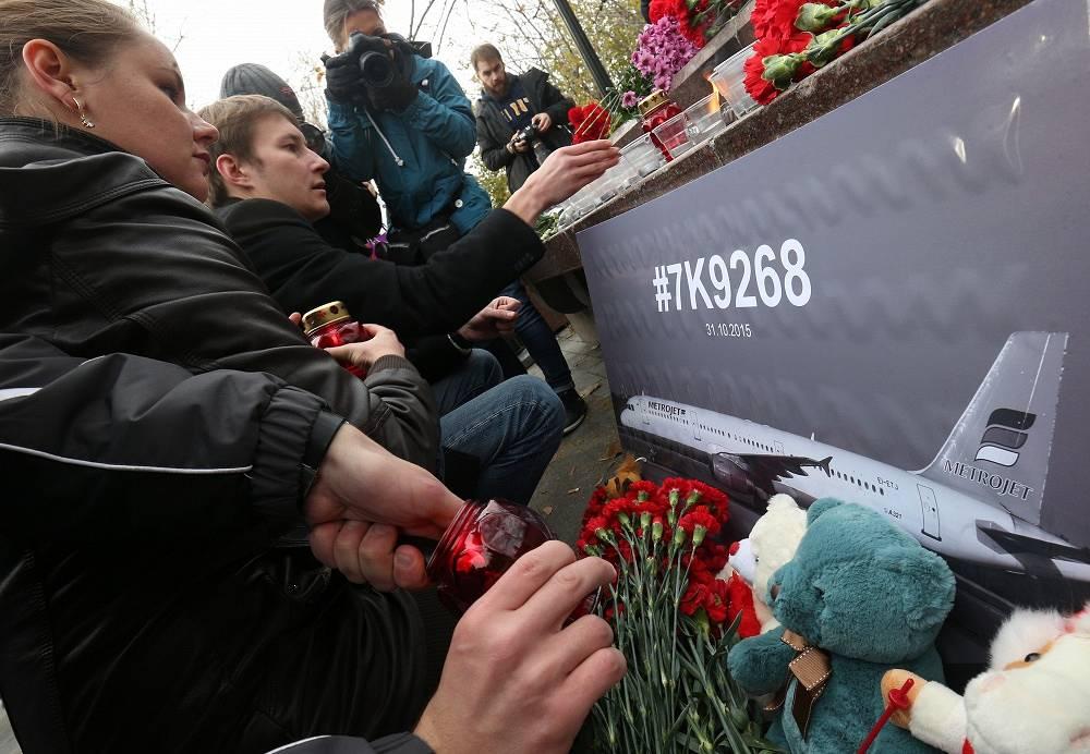 Цветы и свечи у памятника пограничникам Отечества на площади Яузских ворот, Москва