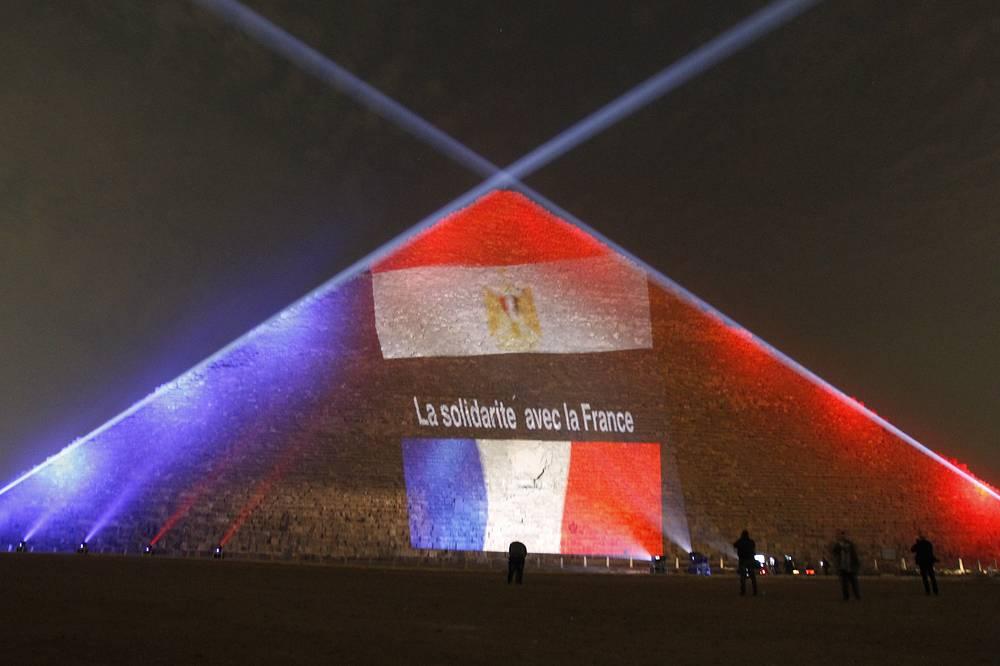 Флаг Франции в память о жертвах терактов 13 ноября