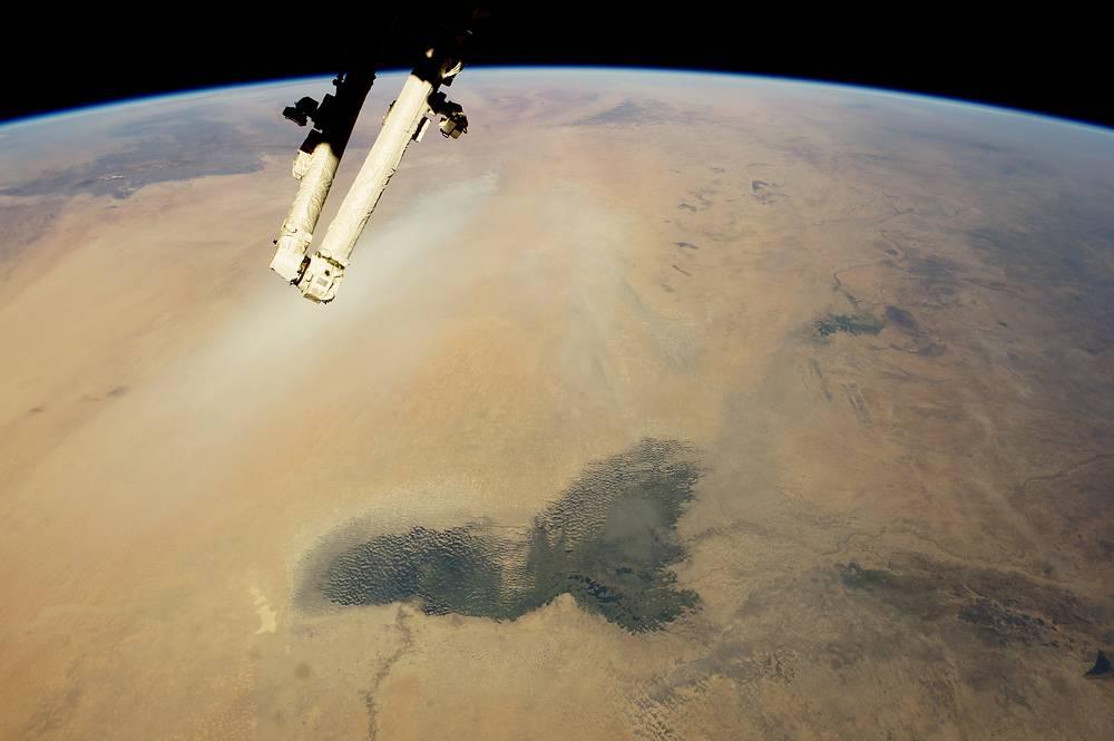 Озеро Чад и пустыня Сахара. Чад - маленький остаток обширного озера, которое занимало большую часть области. До 60-х годов XX века площадь озера колебалась в пределах от 10 до 26 тыс. км, но затем началось резкое сокращение размеров и к середине 2000-х площадь уменьшилась до 1350 км