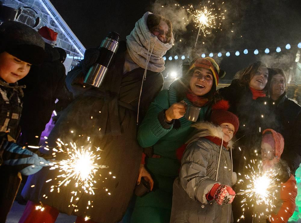 Екатеринбург. 1 января 2016. Горожане встречают Новый год в центре города.