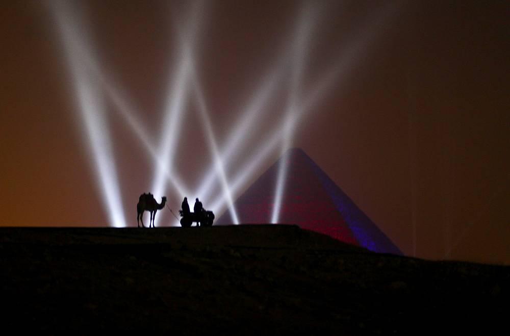 Каир. Египет. 1 января 2016. Новогоднее освещение Пирамиды Хеопса.