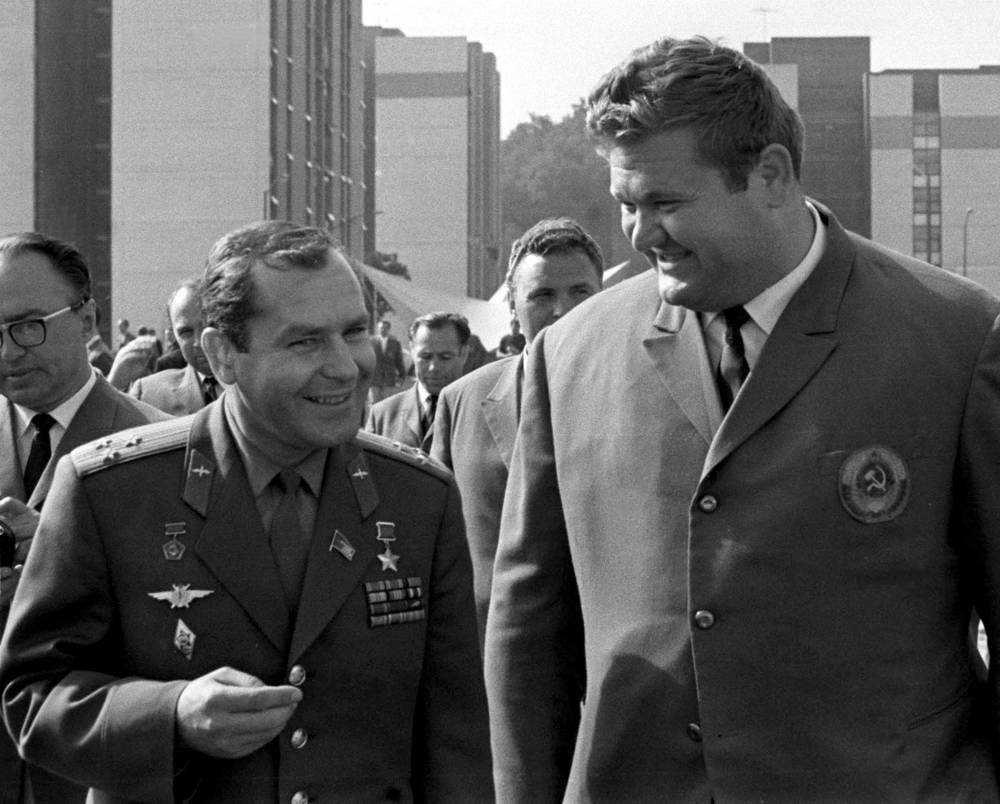 С почетным гостем Олимпиады-1968 космонавтом Германом Титовым