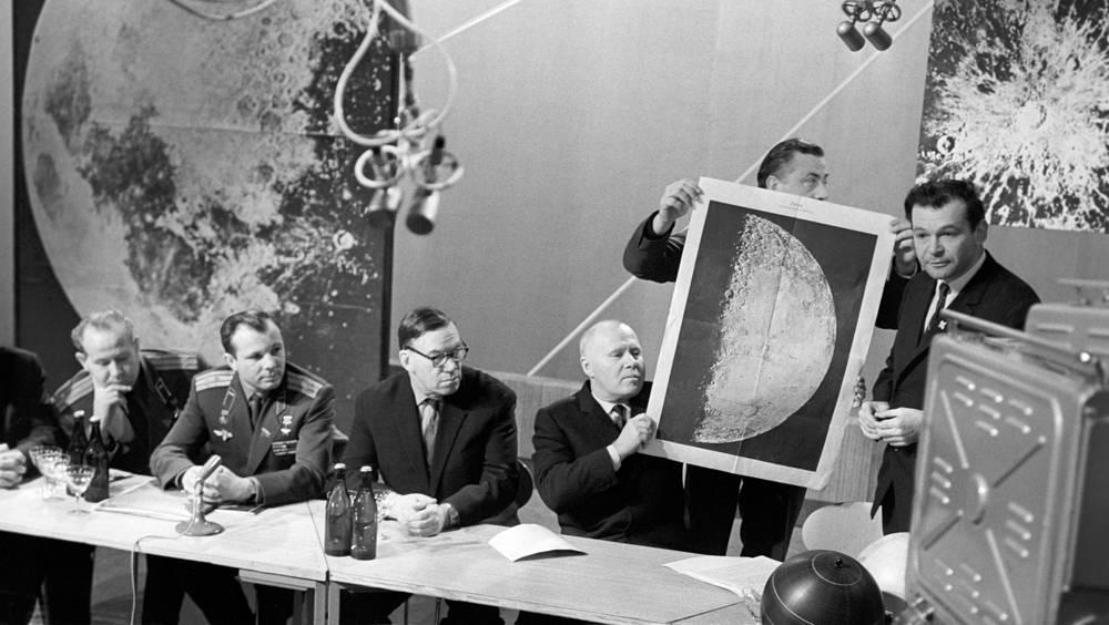 Космонавты Алексей Леонов и Юрий Гагарин (слева направо) на пресс-конференции, посвященной осуществлению мягкой посадки на Луну, 1966 год