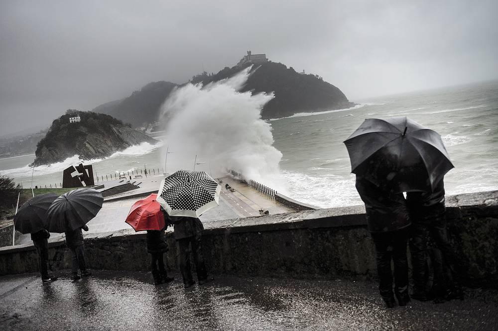 Волны во время прилива на севере Испании, в Сан-Себастьяне. В В Северной части страны было объявлено штормовое предупреждение, Сан-Себастьян, 9 февраля