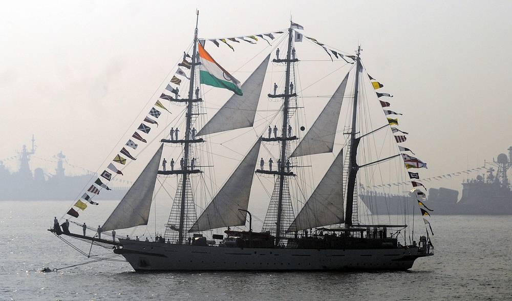 Барк INS Tarangini у берегов Мумбаи. Индия, 2011 год