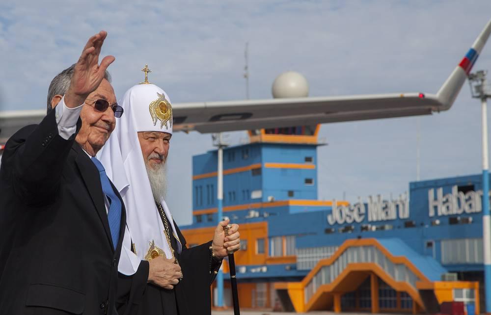 Патриарх Московский и всея Руси Кирилл и председатель Совета министров Кубы Рауль Кастро в Международном аэропорту Гаваны имени Хосе Марти