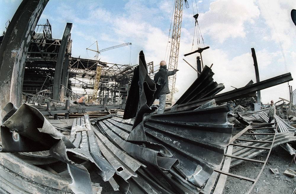 Разбор завалов после пожара на заводе двигателей КамАЗ, 1993