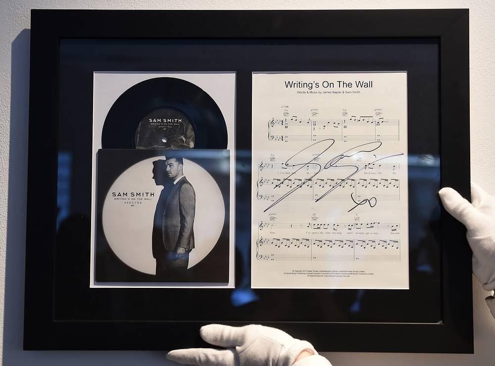"""Виниловая пластинка с записью песни Writing's on the Wall, которая стала заглавной темой фильма """"007: Спектр"""""""