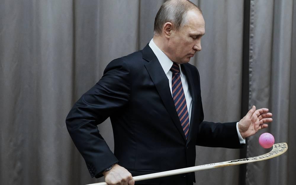Президент России Владимир Путин во время встречи с представителями сборной команды России по хоккею с мячом, Ново-Огарево, 18 февраля