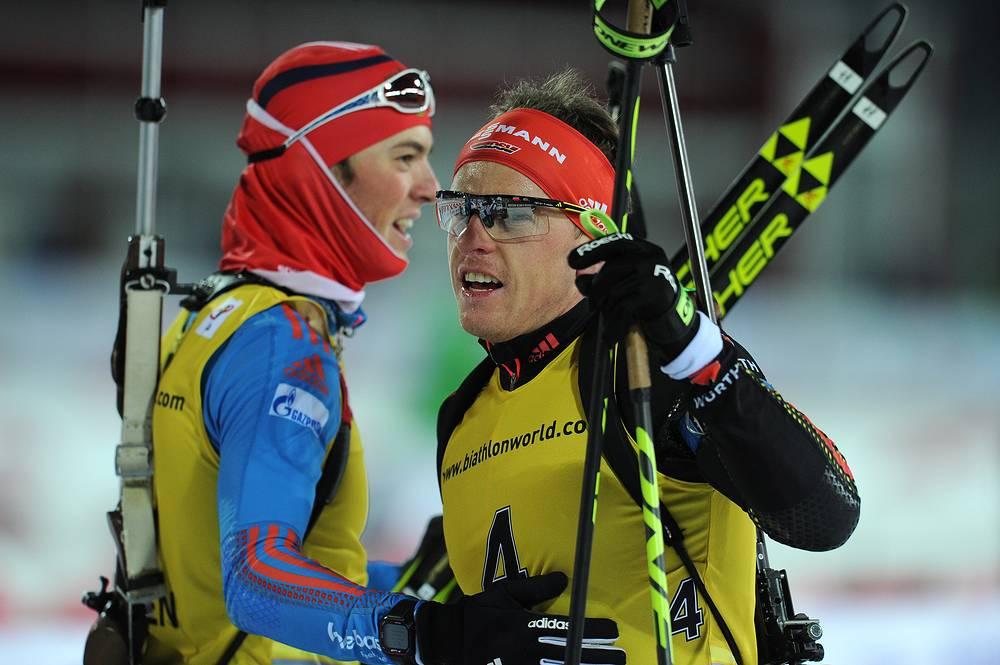 Российский спортсмен Антон Бибиков и немецкий спортсмен Флориан Граф (слева направо) во время мужской гонки преследования на 12.5