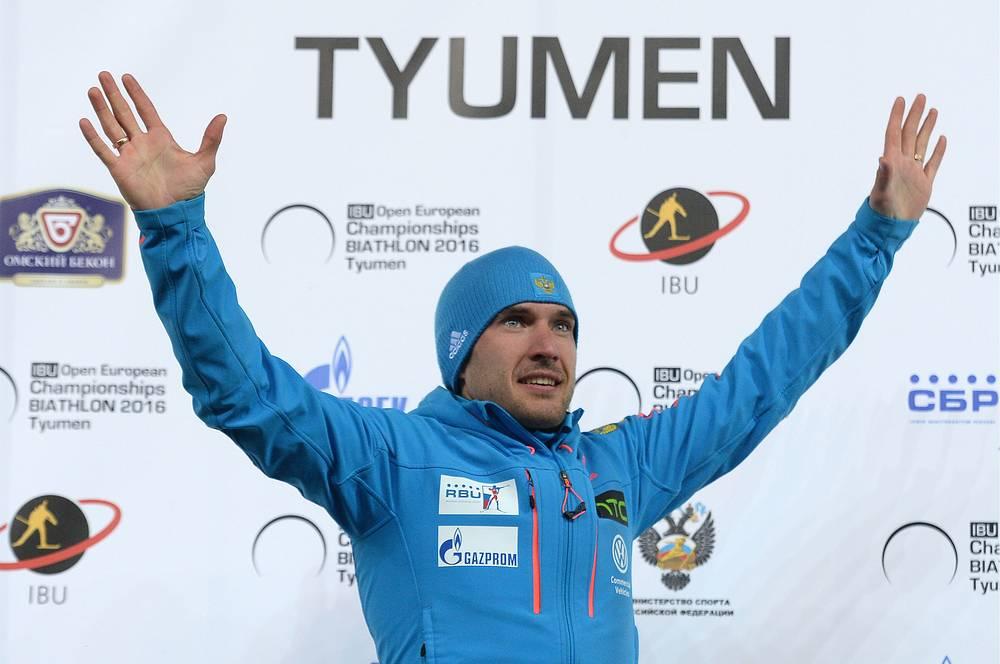 Российский спортсмен Евгений Гараничев, завоевавший золотую медаль в спринтерской гонке на 10 км среди мужчин, на церемонии награждени