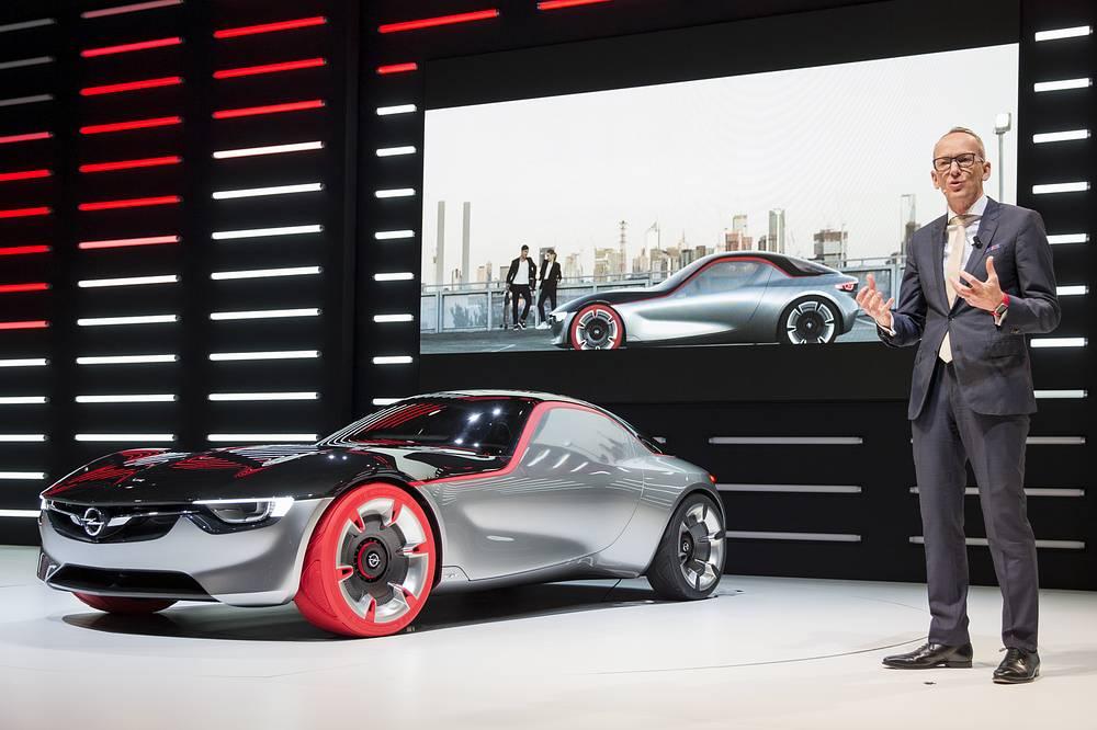 Глава Opel Карл-Томас Нойманн представляет новый концепт-кар Opel GT Concept