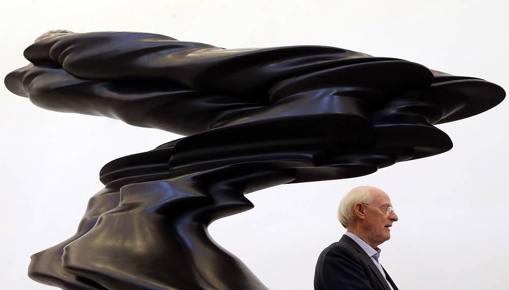 Британский художник Тони Крэгг на своей выставке в Главном штабе Эрмитажа, Санкт-Петербург, 1 марта