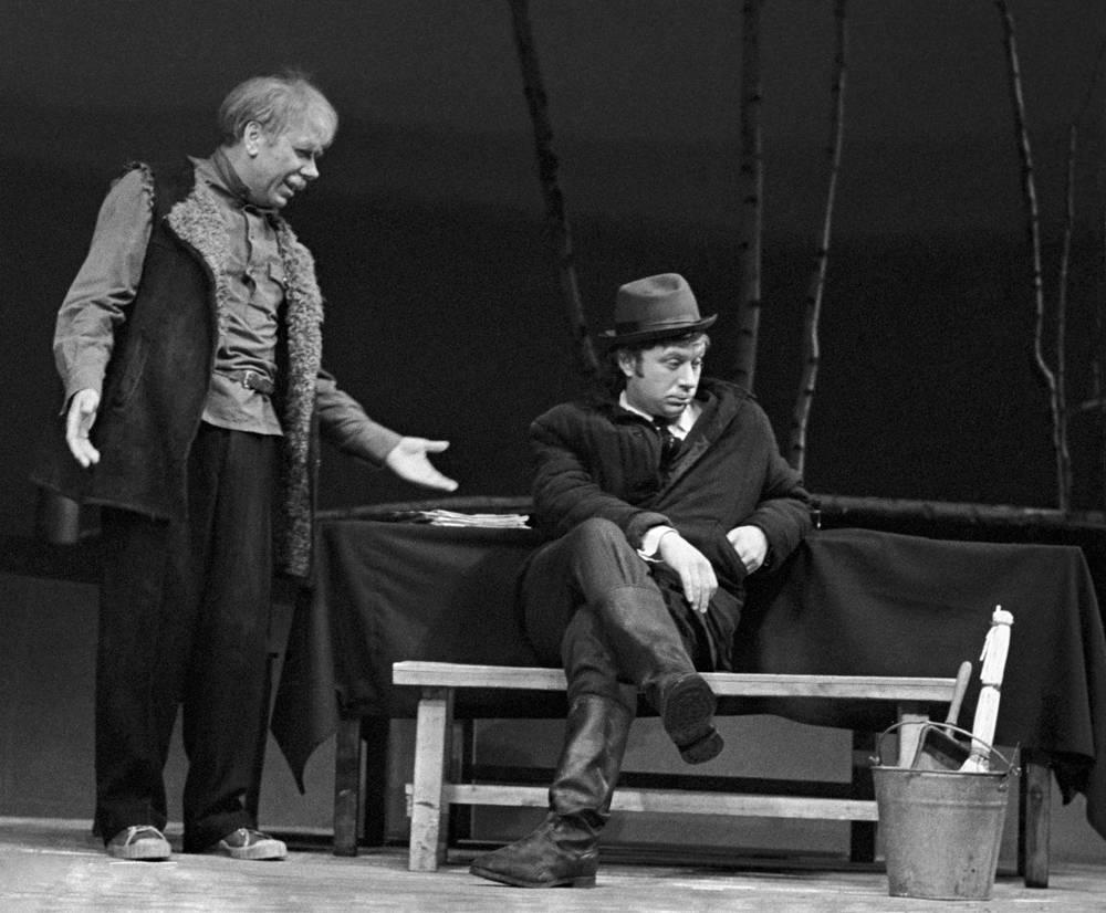 """С Анатолием Папановым в сцене из спектакля """"Таблетку под язык"""", 1976 год"""