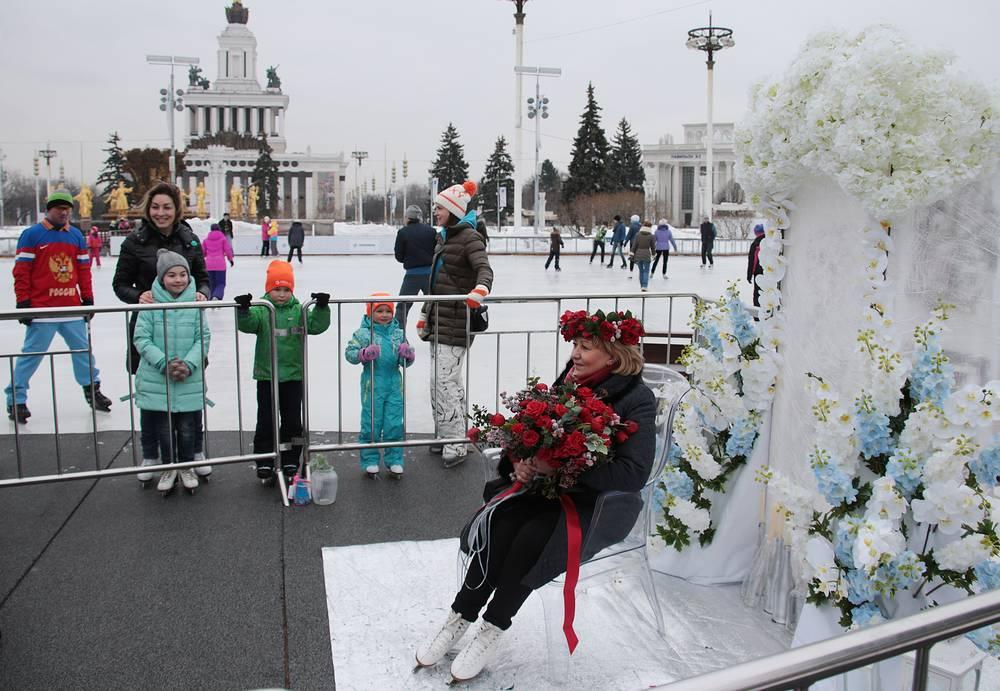Цветочная фотозона, установленная к 8 Марта, на катке ВДНХ, Москва