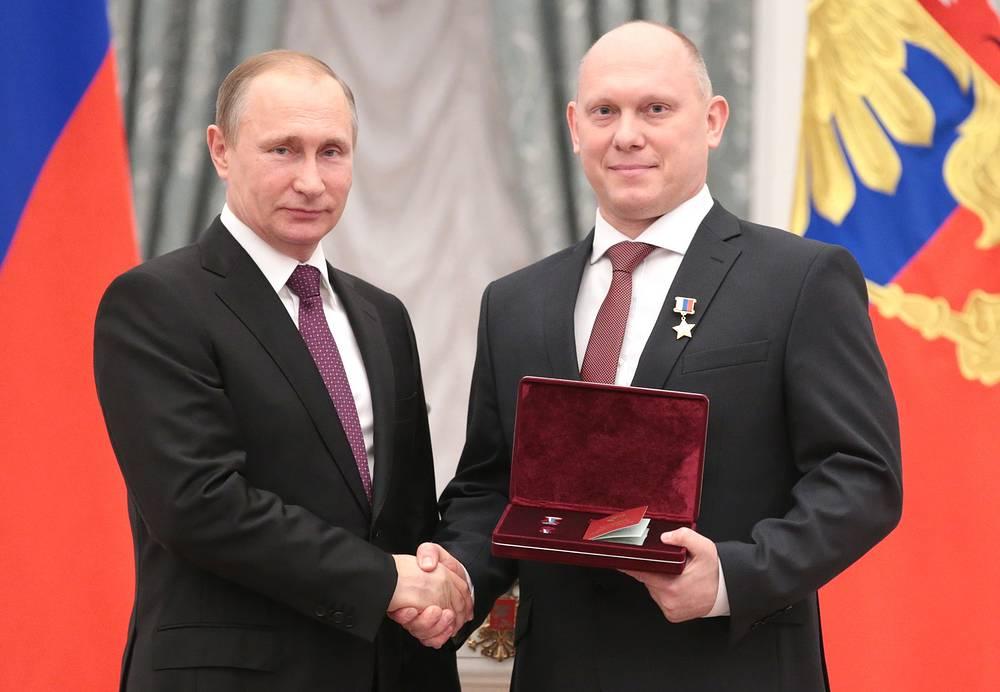 Президент России Владимир Путин и космонавт-испытатель Олег Артемьев, 10 марта